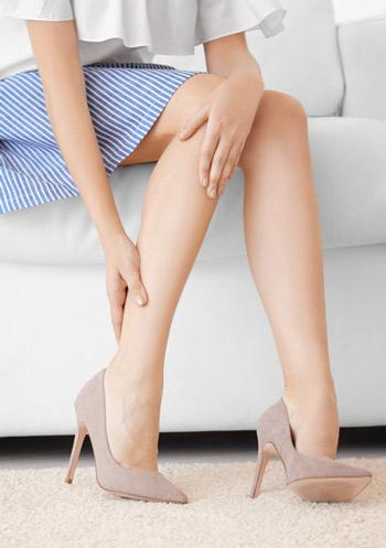 Woman having leg pain