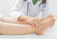 picture-of-prenant-woman-with-swollen-feet-in-doctors-room